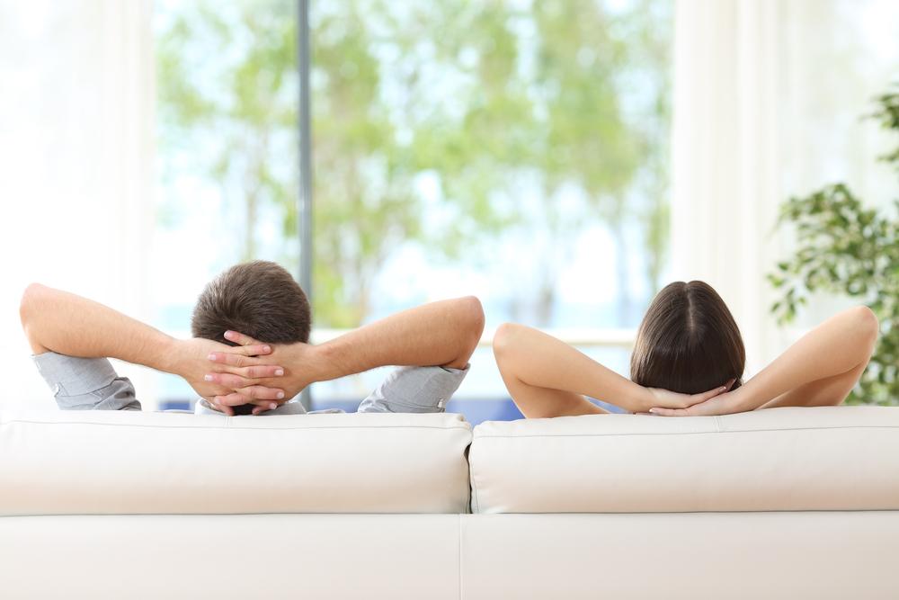 couple assis dans un fauteuil